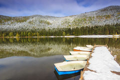 Cais nevado e barcos no lago, lago St Ana, a Transilvânia, Romani Imagem de Stock