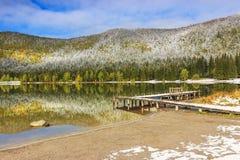 Cais nevado no lago, lago St Ana, a Transilvânia, Romênia Fotografia de Stock