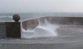 Cais no inverno, descida à água, tração da neve Fotografia de Stock Royalty Free