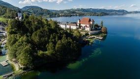 Cais no lago em montanhas dos cumes, Upper Austria Traunsee Fotografia de Stock
