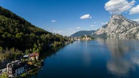 Cais no lago em montanhas dos cumes, Upper Austria Traunsee Foto de Stock Royalty Free