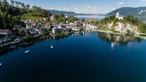 Cais no lago em montanhas dos cumes, Upper Austria Traunsee Imagem de Stock Royalty Free