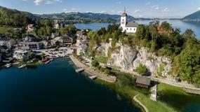 Cais no lago em montanhas dos cumes, Upper Austria Traunsee Fotos de Stock Royalty Free