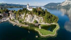 Cais no lago em montanhas dos cumes, Upper Austria Traunsee Fotografia de Stock Royalty Free