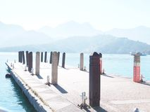 Cais no lago moon de Sun, Taiwan Em dezembro de 2018 fotografia de stock royalty free