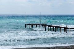 Cais no mar durante a tempestade Fotografia de Stock Royalty Free