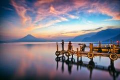 Cais no por do sol, lago Atitlan de Panajachel, Guatemala, América Central Fotografia de Stock
