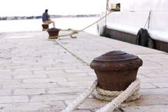 Cais oxidado com cordas. Imagem de Stock Royalty Free
