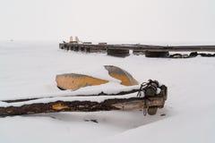 Cais para botes no Lago Baikal na vila de Goloustnoy imagens de stock royalty free