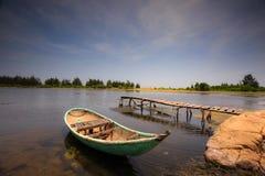 Cais pequeno com barco em uma lagoa Imagem de Stock Royalty Free