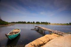Cais pequeno com barco em uma lagoa Fotos de Stock