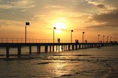 Cais, por do sol e silhuetas, Foto de Stock Royalty Free