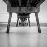 Cais preto e branco na praia Fotografia de Stock