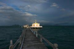 Cais que conduz ao pagode Imagens de Stock