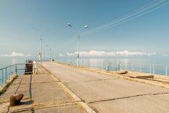 Cais que estica para fora ao mar Fotos de Stock Royalty Free