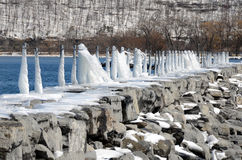 Cais rochoso espalhado gelo Fotos de Stock Royalty Free