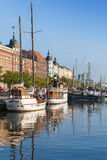 Cais velho da cidade de Helsínquia com os navios de navigação amarrados Imagem de Stock