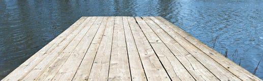 Cais velho de madeira sobre uma água Fotografia de Stock Royalty Free