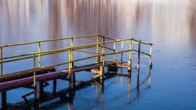 Cais velho do ferro na lagoa congelada Foto de Stock Royalty Free