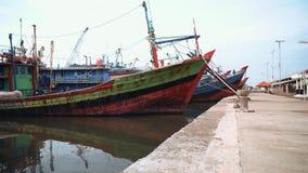 Cais velho dos barcos em Pekalongan, Indonésia video estoque