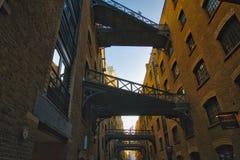 Cais velho Londres dos mordomos dos armazéns Fotos de Stock Royalty Free