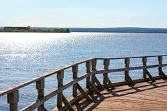 Cais velho no lago cintilando a Imagem de Stock
