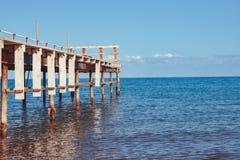 Cais velho pelo mar imagem de stock