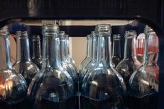 caisse avec les bouteilles en verre vides images stock