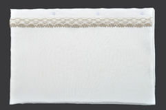 Caisse blanche d'oreiller avec la dentelle Photographie stock