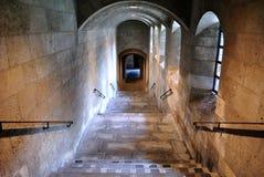 Caisse décroissante d'escalier dans le château photos stock