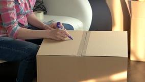 Caisse d'emballage de femme banque de vidéos