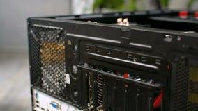 Caisse d'ordinateur personnel de démontage de PC par unmounting le plan rapproché arrière de rail d'arrière banque de vidéos
