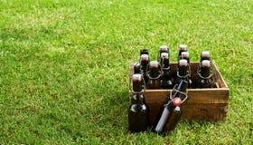 Caisse de bière de métier sur l'herbe verte avec l'espace de copie Photographie stock