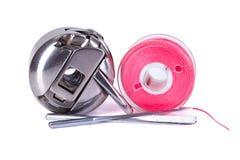 Caisse de bobine, bobine en plastique et aiguilles de couture Image stock