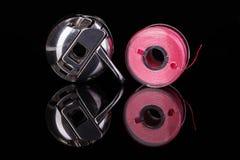 Caisse de bobine et bobine de plastique reflétée sur le fond noir Photographie stock libre de droits