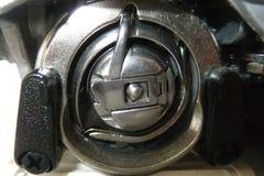 Caisse de bobine sous la machine à coudre Photos libres de droits