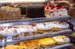 Caisse de dessert de défunt dans un restaurant images stock