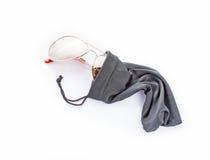 Caisse de textile de lunettes de soleil sur le blanc Photo libre de droits