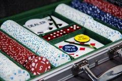 Caisse de tisonnier avec des puces et des cartes de jouer image stock