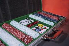 Caisse de tisonnier avec des puces et des cartes de jouer photos libres de droits