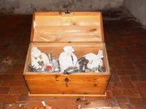 Caisse de trésor dans le château Images libres de droits