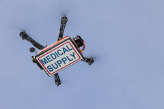 Caisse de transport de quadrocopter de bourdon avec des fournitures médicales Photographie stock libre de droits