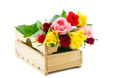 Caisse de vente aux enchères avec les roses colorées Photo stock