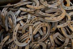 Caisse de vieilles chaussures de cheval Images libres de droits