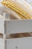 Caisse en bois avec des épis de blé Image stock