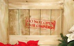 Caisse en bois avec le cadeau à l'intérieur pour Noël Image libre de droits