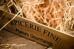 Caisse en bois remplie de paille Image stock