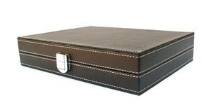 Caisse en cuir noire pour les documents confidentiels Photographie stock libre de droits