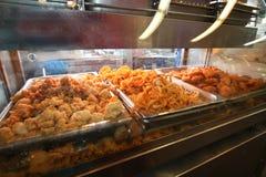 Caisse frite de poissons au marché extérieur Photos libres de droits