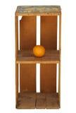 Caisse orange en bois droite d'isolement avec une orange photos libres de droits